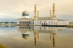 Mosquée magnifique avec la réflexion sur l'eau Images stock