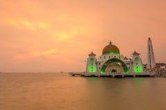 Mosquée magnifique de Masjid Selat Melaka avec le coucher du soleil dramatique Images stock
