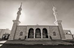 Mosquée noire et blanche avec deux minarets Photographie stock libre de droits