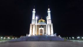 Mosquée Nur Gasyr dans la ville du hyperlapse de timelapse de nuit d'Aktobe kazakhstan clips vidéos