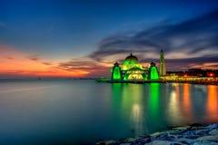Красивый заход солнца над величественной мечетью, проливы Mosqu Малаккы стоковое изображение
