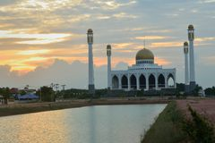 Mosque in songkhla thailand on sunset. And basin in front of it Stock Photography