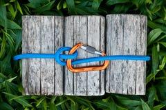Mosquetón con una cuerda que sube fotografía de archivo