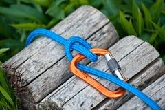 Mosquetón con una cuerda que sube Fotos de archivo libres de regalías