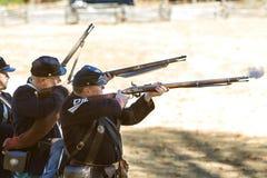 Mosquetes del lanzamiento de Reenactors de la guerra civil del Ejército de la Unión en la demostración de la leña Imagen de archivo libre de regalías