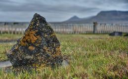 Moss Covered Tombstone dans le cimetière de l'Islande Images stock