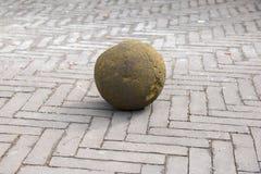 Moss Rock Ball auf Straße Lizenzfreie Stockbilder