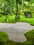 Mossa och vaggar trädgården på Komyozenji i Dazaifu, Japan Arkivfoton