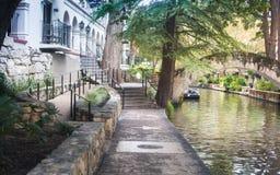 Mossed behandelde Overspannen brug San Antonio River Texas Walk stock foto