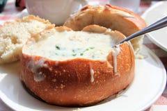 Mosselsoep in een pot van brood Stock Afbeeldingen