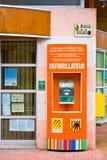 MOSSET, FRANCES - 8 JUILLET 2016 : Défibrillateur près de ville hôtel dans un des villages les plus beaux des Frances Conflent, l Photo stock