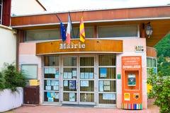 MOSSET, FRANKREICH - 8. JULI 2016: Defibrillator nahe Rathaus in einem der schönsten Dörfer von Frankreich Conflent, Roussillon, Lizenzfreies Stockfoto