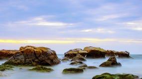 Mossiga Rocky Beach Fotografering för Bildbyråer