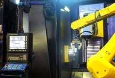 Mosso del braccio del robot nel processo metallurgico della macchina utensile per la fabbricazione di industria, lavorare del met fotografia stock libera da diritti