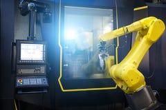 Mosso del braccio del robot nel processo metallurgico della macchina utensile per la fabbricazione di industria, lavorare del met immagini stock