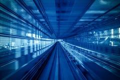 Mosso del treno automatico che si muove dentro il tunnel a Tokyo, Giappone immagine stock libera da diritti
