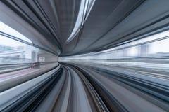 Mosso del treno che corre sul tunnel a Tokyo, Giappone immagini stock