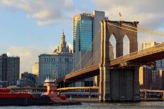 Mostów Brooklyńskich stojaki przeciw niebieskiego nieba Manhattan w centrum drapaczom chmur Zdjęcia Stock