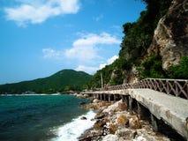 Most łączy między Tawaen plażą na Koh Larn i Sangwan plażą, Obraz Royalty Free