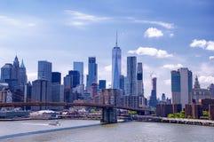 Most Brooklyński i Miasto Nowy Jork linii horyzontu dzień zdjęcia stock