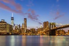 Most Brooklyński Miasto Nowy Jork przy nocą i śródmieście zdjęcia stock