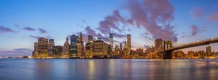 Most Brooklyński Miasto Nowy Jork przy nocą i śródmieście fotografia stock