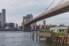 Most Brooklyński nad Wschodnią rzeką z linia horyzontu Manhattan, w Nowy Jork, usa zdjęcie stock