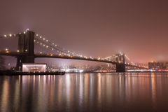 Most Brooklyński przy mgłową nocą Zdjęcie Stock