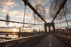 Most Brooklyński przy wschód słońca czasem obraz royalty free