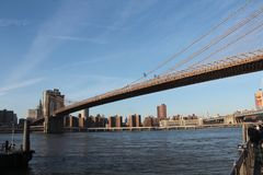 Most Brooklyński - Uwypuklać Wschodnią rzekę obraz stock