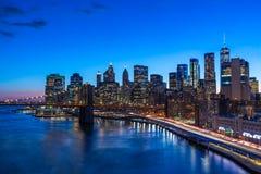 Most Brooklyński w Manhattan śródmieściu z pejzażem miejskim przy nocy Nowy Jork usa obraz royalty free