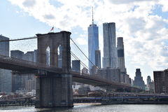 Most Brooklyński z Jeden Światowym Tradecenter zdjęcia royalty free
