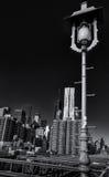 Most Brooklyński latarnia uliczna, Manhatten obrazy stock