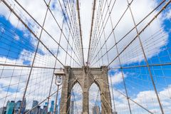 Most Brookly?ski z Manhattan pejza?em miejskim na s?onecznym dniu z jasnym niebieskiego nieba Nowy Jork usa i ?r?dmie?ciem obraz stock