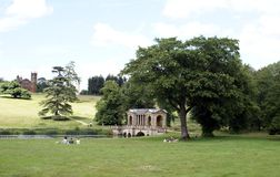 Most i świątynia w krajobrazie, Anglia zdjęcia stock