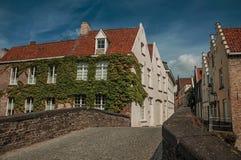 Most i ceglani domy z pełzaczem w słonecznym dniu przy Bruges Zdjęcia Royalty Free