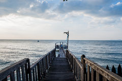 Most i pawilon na morzu z ludźmi chodzimy na moscie Zdjęcia Stock
