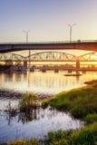 Most i rzeka w promieniach położenia słońce, piękny miasto Zdjęcie Royalty Free