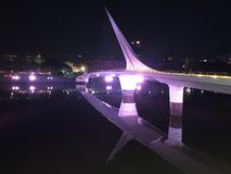 Most kobieta, odbicie w rzece przy nocą obraz royalty free