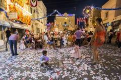 MOST, MALTA - 15 AUG 2016: Mosta festiwal przy nocą z świętować maltese ludzi Zdjęcie Royalty Free