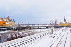 Most między zimą Norr Sodermalm i Riddarholmen w Stockho obraz stock