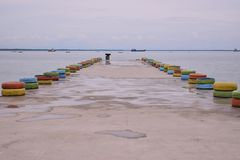Most na łodzi na plaży i plaży fotografia stock