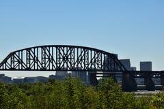 Most na rzece z tła niebieskim niebem i miastem obraz royalty free