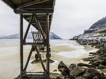 Most na San Sebastian plaży z niskim przypływem Donostia (zdrój Fotografia Stock