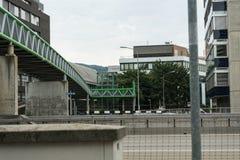 Most na ulicie z samochodami przechodzi obok Zdjęcie Stock
