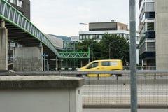Most na ulicie z samochodami przechodzi obok Obrazy Royalty Free