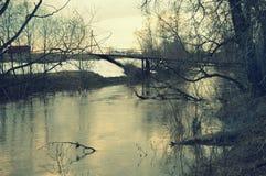 Most nad brudnym nawadnia Fotografia Stock