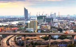 Most nad Chaopraya rzeką w zmierzchu przy Bangkok, Thailand Fotografia Stock