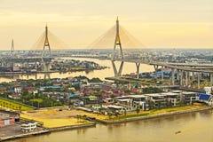 Most nad Chaopraya rzeką w zmierzchu przy Bangkok, Thailand Zdjęcia Stock