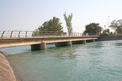most nad kanałem ostudzić zieloną river road obrazy royalty free